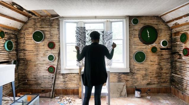 'Sixth Extinction (11.57)', (Artist Installing), 2017